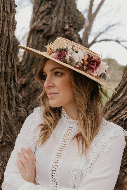 Tocado sombrero con flores preservadas