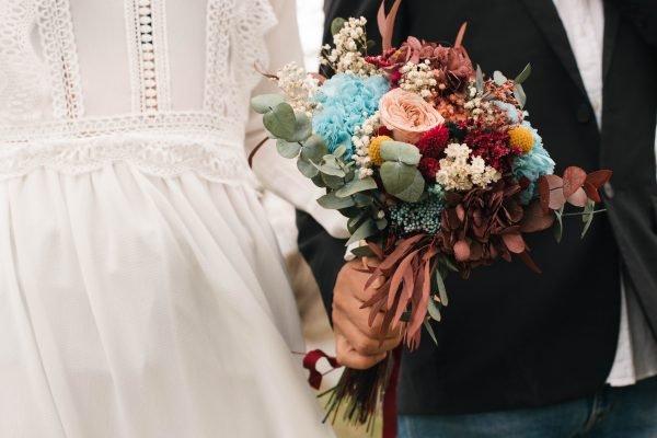 Ramo de novia con hortensia azul cielo y berenjena