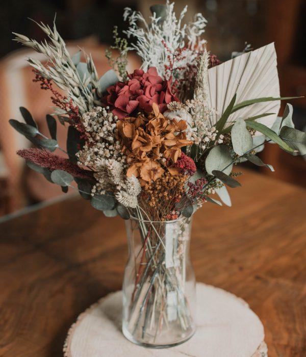 centro con flores preservadas