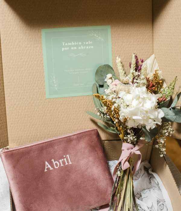 regalo personalizado neceser y flores