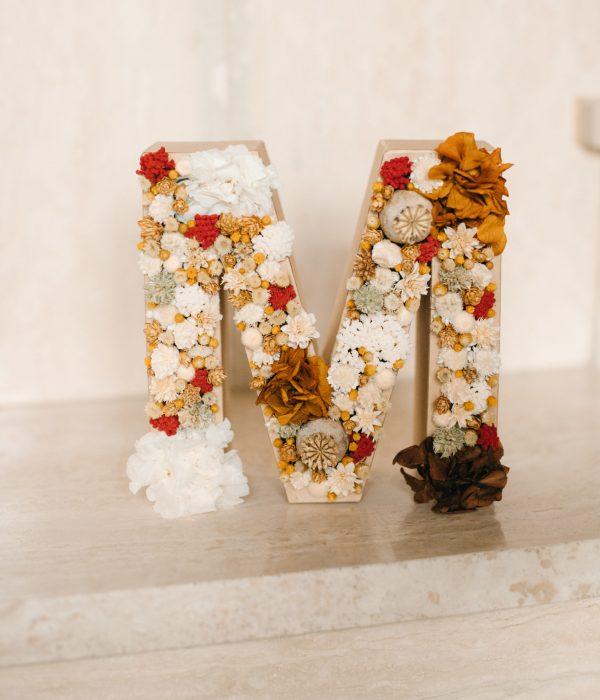 letra de flores secas y preservadas