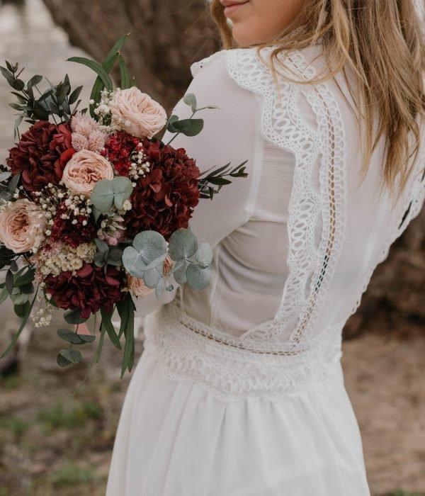 Ramo de novia con hortensia granate